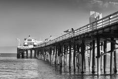 Visserij op een houten pijler in Malibu bij zonsondergang Royalty-vrije Stock Foto