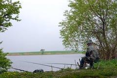 Visserij op een meer in slecht weer Stock Afbeeldingen