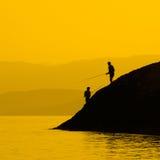 Visserij in zonsondergang Royalty-vrije Stock Foto's