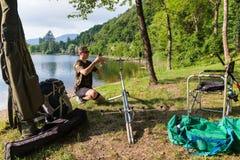 Visserijavonturen, karper visserij Stock Fotografie