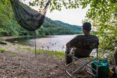 Visserijavonturen Visser bij het meer Royalty-vrije Stock Afbeeldingen