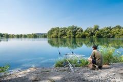 Visserijavonturen Visser op rivier Stock Foto's