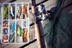 Visserijlokmiddelen in uitrustingsdozen met het spinnen van staaf en netto stock afbeelding