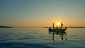 Visserijprocédé op een meer stock footage