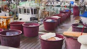 Visserijvesselis met drijfnetten dichtbij pijler worden geparkeerd die stock footage