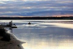 Vissers in boot op overzees vóór zonsopgang Stock Foto's