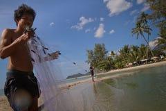 Vissers in de Baai in Thailand Royalty-vrije Stock Foto's