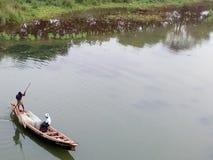 Vissers in de boot een Verre Mening Royalty-vrije Stock Afbeeldingen