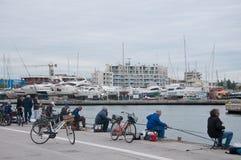 Vissers in de haven van rimini op een regenachtige dag Stock Fotografie