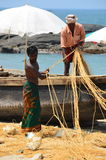 Vissers die aan Kovalam Strand, Kerala, India werken Stock Foto's