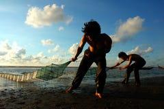 Vissers die bij het strand werken Royalty-vrije Stock Afbeelding