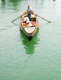 Vissers die in een sampan roeien Royalty-vrije Stock Fotografie