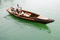 Vissers die in een sampan roeien Stock Afbeeldingen