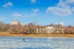 Vissers die en op ijs zitten lopen royalty-vrije stock foto