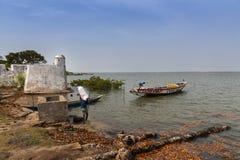 Vissers die hun kano in de haven van de stad van Cacheu voorbereiden Stock Afbeeldingen
