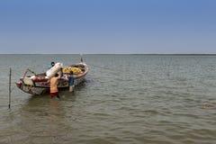 Vissers die hun kano in de haven van de stad van Cacheu voorbereiden Stock Foto's