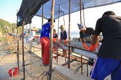 Vissers die kwallenvangst van overzees verwerken Royalty-vrije Stock Fotografie