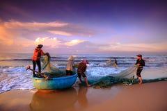Vissers die netten bij zonsopgang slepen Royalty-vrije Stock Afbeeldingen