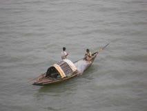 Vissers die op de rivier met vissersboot berijden Stock Foto