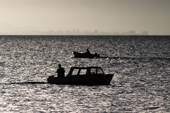 Vissers die op een meer vissen vroege ochtend Royalty-vrije Stock Afbeeldingen