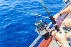 Vissers die van boot in overzees vissen stock foto's
