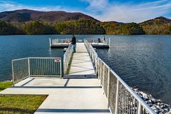 Vissers die van een Pijler op Carvins-Inhamreservoir vissen, Roanoke, Virginia, de V.S. stock foto