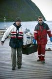 Vissers die vissendoos dragen royalty-vrije stock foto's