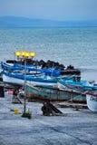 Vissers houten boten bij schemer Stock Afbeelding