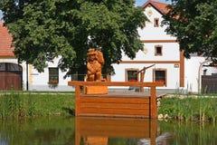 Vissers houten cijfer over de vijver Stock Foto