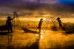Vissers Vissers in Inle-Meer bij zonsopgang royalty-vrije stock foto's