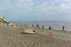 Vissers met hengels op de de kust Bewolkte dag van de Zwarte Zee in de vroege zomer Royalty-vrije Stock Afbeeldingen