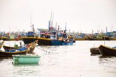 Vissers met kleurrijke vissersboten op 7 Februari, 2012 in Mui Ne, Vietnam Stock Afbeeldingen