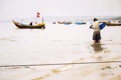Vissers met kleurrijke vissersboten op 7 Februari, 2012 in Mui Ne, Vietnam Stock Afbeelding