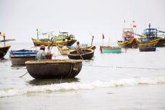 Vissers met kleurrijke vissersboten op 7 Februari, 2012 in Mui Ne, Vietnam Stock Foto's