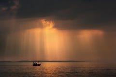 Vissers op de boot stock foto