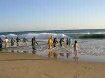 Vissers op de kust royalty-vrije stock afbeelding