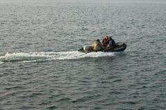 Vissers op de opblaasbare boot in motie Stock Fotografie