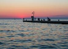 Vissers op de overzeese pijler bij zonsondergang Stock Fotografie