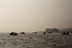 Vissers op een boot in de mist Royalty-vrije Stock Foto