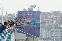Vissers op Galata Brug, Istanboel Stock Fotografie