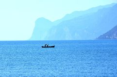 Vissers op Garda-meer in Torbole, stock afbeelding