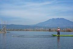 Vissers op het Meer van Rawa Pening, Centraal Java, Indonesië stock foto