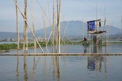 Vissers op het Meer van Rawa Pening, Centraal Java, Indonesië stock foto's