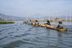 Vissers op het Meer van Rawa Pening, Centraal Java, Indonesië royalty-vrije stock fotografie