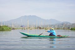 Vissers op het Meer van Rawa Pening, Centraal Java, Indonesië royalty-vrije stock foto's