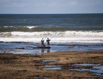 2 vissers op het Witsand-strand Royalty-vrije Stock Foto's