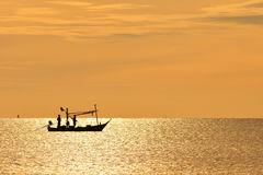 Vissers op houten boot Stock Foto's