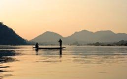 Vissers op Mekong tijdens zonsondergang Royalty-vrije Stock Foto's