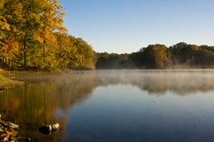Vissers op Misty Autumn Lake royalty-vrije stock afbeelding