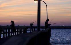 Vissers op Pier At Twilight stock foto's